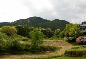 東から望む高取山(中央の一番高い山)=鳥栖市牛原町