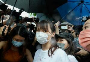 12日、香港の刑務所を出所した周庭氏(中央)(AP=共同)