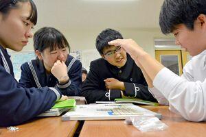 「予算ボード」を使って意見を交わす生徒=佐賀市城内の佐賀大学付属中