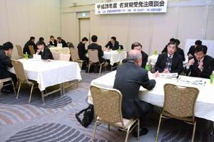 商談会では、県内企業の担当者が自社の技術力をアピールした=佐賀市のグランデはがくれ