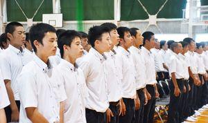 新しくなった校歌を歌う生徒たち=嬉野高校塩田校舎体育館