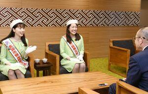 秀島市長を表敬訪問した佐賀市観光親善大使の糸山仁恵さん(左)と桝岡明音さん=佐賀市役所