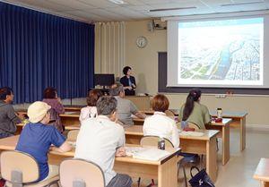 ルーブル美術館の歴史のテーマで開講した公開講座=有田町の佐賀大有田キャンパス
