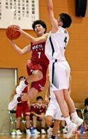 バスケットボール男子決勝・唐津工-佐賀北 第4クオーター、ドリブルからシュートを狙う唐津工の尾島隆太郎(左)=多久高体育館