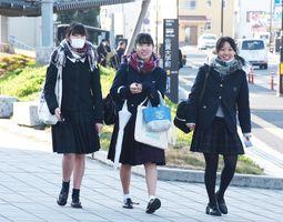 大学入試センター試験の2日目に臨んだ受験生=佐賀市の佐賀大学本庄キャンパス付近