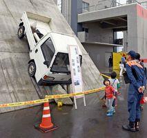 転落した車から人命救助する訓練施設を見学する来場者=佐賀市兵庫町の佐賀県消防学校