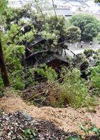 民家の裏山が崩れ、土砂や倒木が屋内に侵入した=5日午後5時50分、伊万里市大坪町