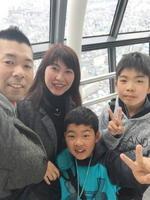 亀山博史さんと妻の牧子さん、直央さん、知央さん