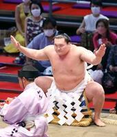 7月の大相撲名古屋場所で土俵入りする横綱白鵬