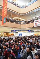 E-girlsのトークショーに集まった大勢の人たち=佐賀市のモラージュ佐賀