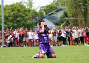 サッカー男子決勝・佐賀商-龍谷 PK戦でPKを外し顔を両手で覆う龍谷の松尾亮汰=佐賀市健康運動センター