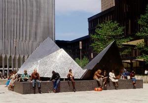 2001年の米中枢同時テロで崩壊したニューヨークの世界貿易センタービル前に設置されていた代表作「雲の砦」(村井修氏撮影)