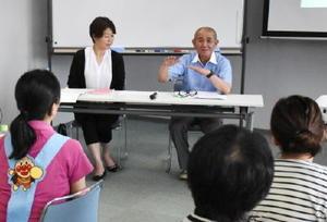 打上保育園の靈山園長(右)から、現場の様子や働く環境などの説明を聞く参加者=唐津市二タ子の市高齢者ふれあい会館りふれ