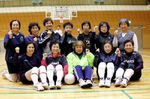 80歳の柴田静子監督(前列中央)を囲んで元気いっぱいのメンバー