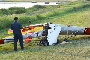 滑走路上に墜落、転覆して破損した超軽量飛行機=2020年6月9日、杵島郡白石町
