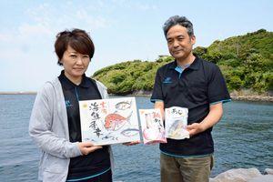 新たに開発した魚のレトルト商品「玄海海鮮季幸」を持つ佐賀玄海漁協職員=唐津市呼子町