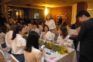 ろうそくのほの明かりとともに佐賀の酒や料理を楽しむ参加者=佐賀市の県酒造会館