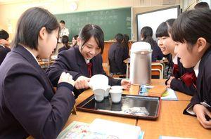 少量ずつつぎ分ける「回しつぎ」でうれしの茶を入れる嬉野高3年の生徒ら=嬉野市の嬉野高