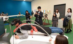 """""""メーヴェ""""の体験シミュレーターなど、楽しさがあふれる八谷さんの展示室=佐賀市の県立美術館"""