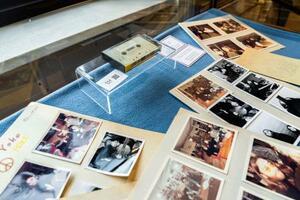 ジョン・レノンが未発表曲を歌った音声を収録したカセットテープや写真=24日、コペンハーゲン(AP=共同)