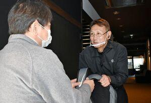 感染防止対策を徹底し、宿泊客を笑顔で迎えるスタッフ=佐賀市富士町の旅館「鶴霊泉」