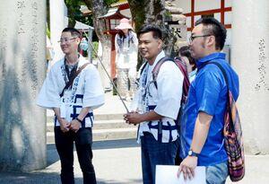 タイからの観光客向けにガイドに当たるタイ出身の留学生ら。右端がサワディー佐賀代表の山路健造さん=2018年6月、鹿島市の祐徳稲荷神社