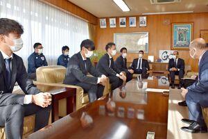橋本康志市長(右)にシーズン終了報告に訪れたサガン鳥栖の選手たち=鳥栖市役所