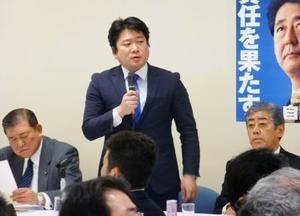 自民党の国防部会の会合であいさつする山本朋広部会長(中央)=22日午後、東京・永田町の党本部