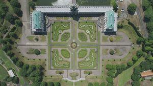 有田ポーセリンパークのバロック庭園。ツヴィンガー宮殿と庭園のシンメトリーが浮かぶ=有田町上空