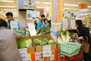 下水汚泥肥料で育てた野菜を買い求める客=佐賀市のイオンモール佐賀大和