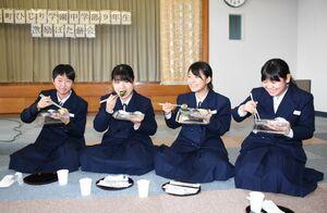 「青のりって初めて」などと3種類のぼた餅を楽しむひじり学園の9年生=大町町総合保健福祉センター