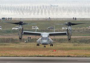 佐賀空港周辺を試験飛行する在沖縄米軍のオスプレイ=2016年11月8日、佐賀市川副町