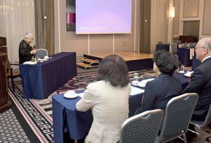 会の関係者らへお礼の言葉を述べる谷口緑さん(左)=佐賀市与賀町のホテルニューオータニ佐賀