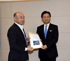 橋本康志市長(左)から要望書を受け取る山口祥義知事=佐賀県庁