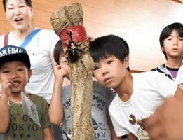 カブトムシの戦いに夢中になる神野小の児童たち=佐賀市神野小の体育館
