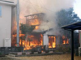 炎を上げて燃える民家=31日午後3時20分ごろ、佐賀市伊勢町