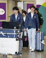 リオデジャネイロの国際空港に到着した、バレーボール女子日本代表の長岡望悠(左)と石井優希ら=7月31日(共同)