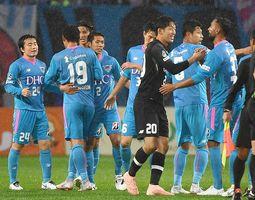 ベガルタ仙台に3-2で競り勝ち、喜び合うサガン鳥栖の選手たち=20日、仙台市のユアテックスタジアム仙台