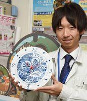 12月末から販売される神埼市のデザインマンホールをモチーフにした有田焼の掛け時計=神埼市役所