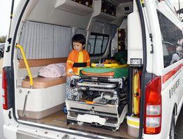 救急車の中を見学する参加者
