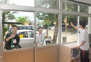 懸命に窓を磨き、充実した汗を流した敬徳高通信制の生徒たち=伊万里市の伊万里保育園