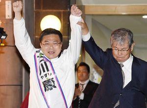 集まった支持者に両腕を上げてアピールする古川康候補=唐津市大手口
