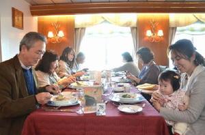 「にっぽん丸」の船内で、上峰町や佐賀県産の食材をふんだんに使ったフルコースに舌鼓を打つ来場者たち=福岡市博多区の博多港