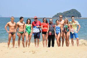 練習初日の水泳を終え、記念写真に納まるロシア代表の選手やコーチたち=唐津市の西の浜