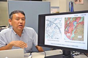 九州北部豪雨の被災地を調査した大串浩一郎教授。過去の災害履歴や地形情報を活用した対策などを訴えている=佐賀市の佐賀大学