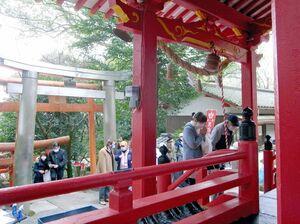黒岩稲荷神社の初午祭参詣者=小郡市三沢