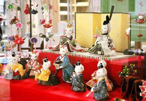 愛らしいネコのひな人形が道行く人を和ませる=佐賀市の県庁通り商店街