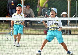 勝利し、雄たけびを上げる=佐賀市の県立森林公園庭球場