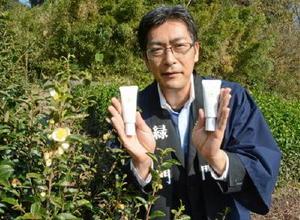 茶の実から抽出したオイルを配合したスキンケアクリームをアピールする緑門の湯浅宏一取締役=嬉野市嬉野町