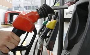 東京都内にあるガソリンスタンドの給油=2018年10月